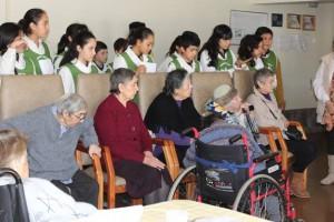 Estudiantes de la Escuela Los Arrayanes de Pucón comparten con adultos mayores del Hogar San José