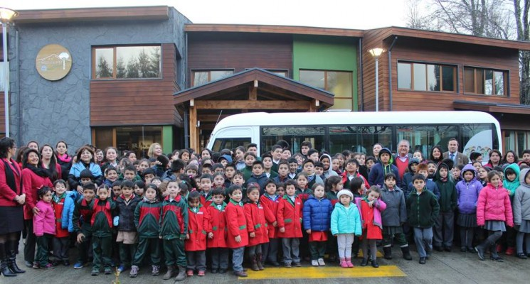 Escuela Municipal Carileufu cuenta con nuevo bus para transportar a los estudiantes puconinos