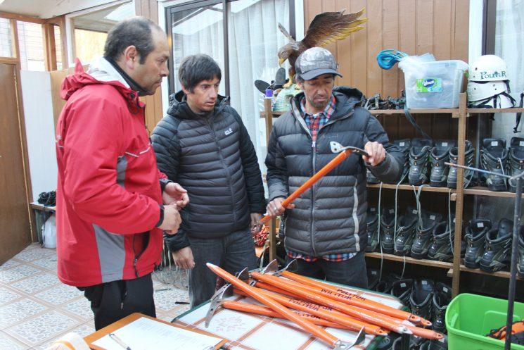 Municipio de Pucón fiscaliza equipos de montaña para los ascensos al volcán