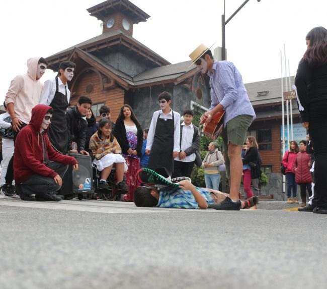 Celebración del día del teatro se tomó las calles de Pucón