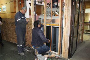 Avanzan obras de construcción de nuevo ascensor en edificio municipal de Pucón