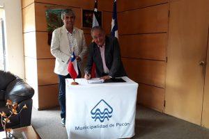 Alcalde de Pucón firma convenio con titular de Vicuña